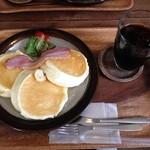 41590935 - リコッタチーズのスフレパンケーキ(ベーコン)  コーヒーセット 1150円(税込)