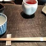 手打ち蕎麦 成冨 - 蕎麦つゆ、薬味、お茶。