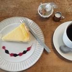 ジジコーヒー - オリジナルブレンドコーヒーとベイクドチーズタルト♪こちらも美味しかったです^^