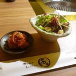 すきやきしゃぶしゃぶ 神戸牛石田 - 焼肉ランチAのセットのサラダとキムチ
