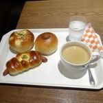 41602001 - オニオンチーズブレッド216円、ウインナー240円、Cショコラ194円、ホットコーヒー270円