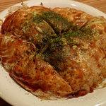 あべちゃん - 「あべちゃん焼き・肉玉そば」(800円)上質の昆布粉を大胆に使用している。