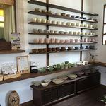 アンカフェ - 陶芸カップがズラリ