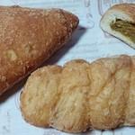 PLANTベーカリー - 左から→ハムチーズドーナツ・ウインナーカレードーナツ・カレーパン