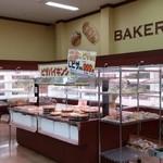 PLANTベーカリー - 店内 ショーケースの中に個装されたパンが並んでます