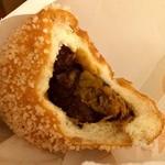 アントシモ 恩納サンセットモール店 - ラフテーの入ったカレーパン。Cパン170円。パンがすっごいカリカリ。このまわりに付いてる白いつぶつぶがすごく美味しい食感。                             あ、そんなに辛くない(*´エ`*)嬉しい。