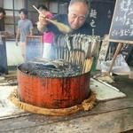 那須高原 麺の匠 - 外で焼いてる鮎。そばを頼むと無料。