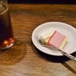 41615073 - サービスのドリンクとアイスケーキ