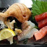 宝来寿司 - 刺身盛り合わせ(本マグロ赤身・中トロ、鯛、イナダ、ツブ貝)(H27.8.15撮影)