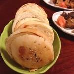 ロカンタ ナベ - トルコパン。お肉を挟んで食べます。