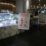 KEYUCA CAFE - お店の入り口です。テイクアウト用のショーケースもあります☆