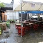 勲碧酒造 - 雨のため特設テント 我らは軒先へ
