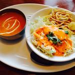 インド&アジアンレストラン アラティ - モーニングセットのカレーとサラダ