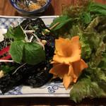 ベトナム料理コムゴン - 牛つくねのブドウの葉包み焼き
