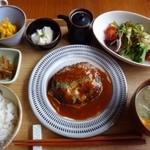 41627321 - ◆手ごねハンバーグデミグラスソース(900円)・・手ごねハンバーグ・サラダ・お味噌汁・小鉢3種・ご飯のセットです。