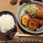 とり田 - 月見スコッチエッグとチキンカツ・新生姜のサラダ(\880+税)