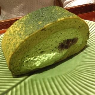 カフェ ソラーレ Tsumugi 有楽町マルイ店 - 抹茶堂島ロール。食後に¥850でドリンクと堂島ロールをつけてもらいました。プレーンのよりもふわふわ生地で沢山クリームがはいってた印象です。