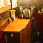 樽 金盃 - 小さなテーブルもある