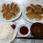 餃子の喜むら - 料理写真:餃子(大10個) 800円x2 + 大盛ライス 200円