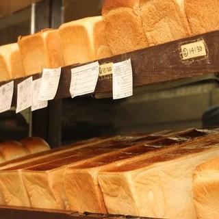 予約必至の食パン
