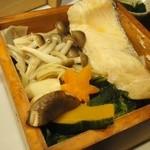 豆とくるみ - 『季節野菜とおこわの蒸篭蒸し膳』の 季節野菜とサーモン