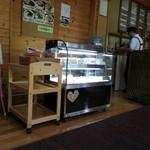 Chiffon Cafe Soie - シフォンケーキは5~6種類、冷ケースの中から選びます
