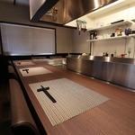 鉄板焼・旬彩 ほづみ - 鉄板の前のカウンター席