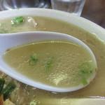 ふくちゃんラーメン - ややタレが強めで、熟成感のある豚骨スープの風味がたまりません。