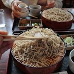 松乃家 - 十割蕎麦大盛り(手前)