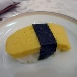 41649859 - 玉子巻き、お子様にも大人気の玉子焼きを使ったお寿司、セットの中の握りずしは4種類です。