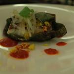 41657061 - カンナのコース料理プレシャスカンナ4630円:②魚料理:バナナリーフで蒸し焼きにした真鯛、レッドパブリカのビュレとグリーンパパイヤのレリッシュ(15.08)
