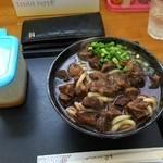 Gansodokidokiudon - サイコロステーキのような牛肉。