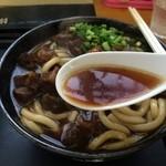 Gansodokidokiudon - 出汁は醤油をベースに牛肉エキスがたっぷり。