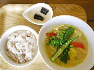 ベースキャンプ - 鶏ももといろいろ野菜のグリーンカレースープ ¥950
