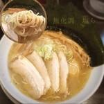 41660364 - 無化調 沖縄の塩を使っとる塩ラーメン/全乗せ1,000yen                                              惜しい٩(ㅎ.ㅎ)و✧˖°チャーシューが硬い スープ旨、穂先メンマ旨、煮卵成熟だであかん、麺細だけど旨