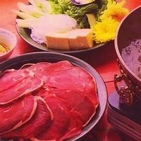 シリンゴル - ハロントガ (¥2200/2名様分) 2名様から承ります。冬の内モンゴルの定番。ボリュームたっぷり (1名様あたり羊肉 約250g )内モンゴル風胡麻ダレでどうぞ。お召し上がり方は日本のしゃぶしゃぶと同様です。