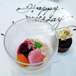 ル・マルカッサン ドール - ベルギー産チョコレートを使用したキャラメルショコラケーキ  白桃コンポートとグラニテ  ラズベリーのアイスクリーム添え