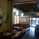 魚宮 - 奥に個室の座敷があります