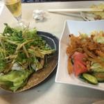 大興 - 中華風サラダと蒸し鶏パクチー乗せ