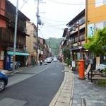 Sakamotoyasakaten - この道の左側にお店はあります