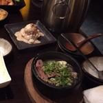 太樹苑 - 取り皿は最初に持ってこられてテーブルの端に
