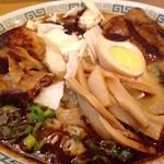 桂花ラーメン - 太肉麺の丼表面