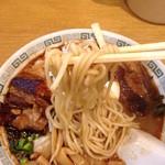 桂花ラーメン - 太肉麺の歯ごたえのある中細麺