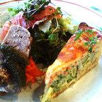 41702238 - 前菜はおまかせ3種                       ブロッコリーと蟹のキッシュ、冷たいお肉(クルミ入り)、ノルウェーサーモンとサラダ
