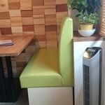 OTTO - ソファ席にはグラ家のものと同じタワー型の扇風機が…