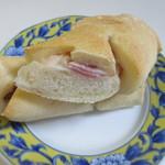 エスポアール - 生地の中にベーコンを挟んで焼き上げたパン。形はベーコエピに近いです。