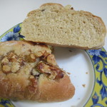 エスポアール - 香ばしいくるみに相性の良いレーズン加え砂糖をトッピングして仕上げたおやつ感覚のパンです。