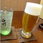しん進 - 最初に「ビール」と「白州ハイボール」を頂きました(それぞれ600円:外税)