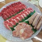 41710517 - バーベキューセット には、牛、豚、鶏、粗挽きウインナー、玉葱、サツマイモ、ピーマン、椎茸、キャベツ、ご飯 が含まれます。