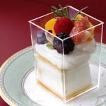 ミラノ ドルチェ トレ・スパーデ - プレーンの上に生クリームとフルーツをトッピング!!1日12個限定。